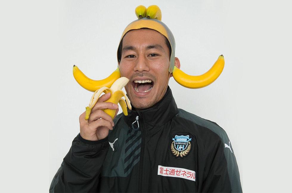 川崎フロンターレの家長、バナナを被りフロサポの心を掴む